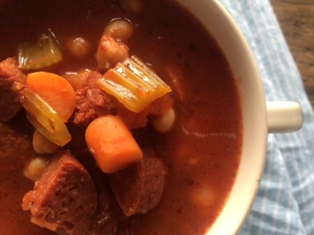 Spaanse maaltijdsoep met kikkererwten en chorizo